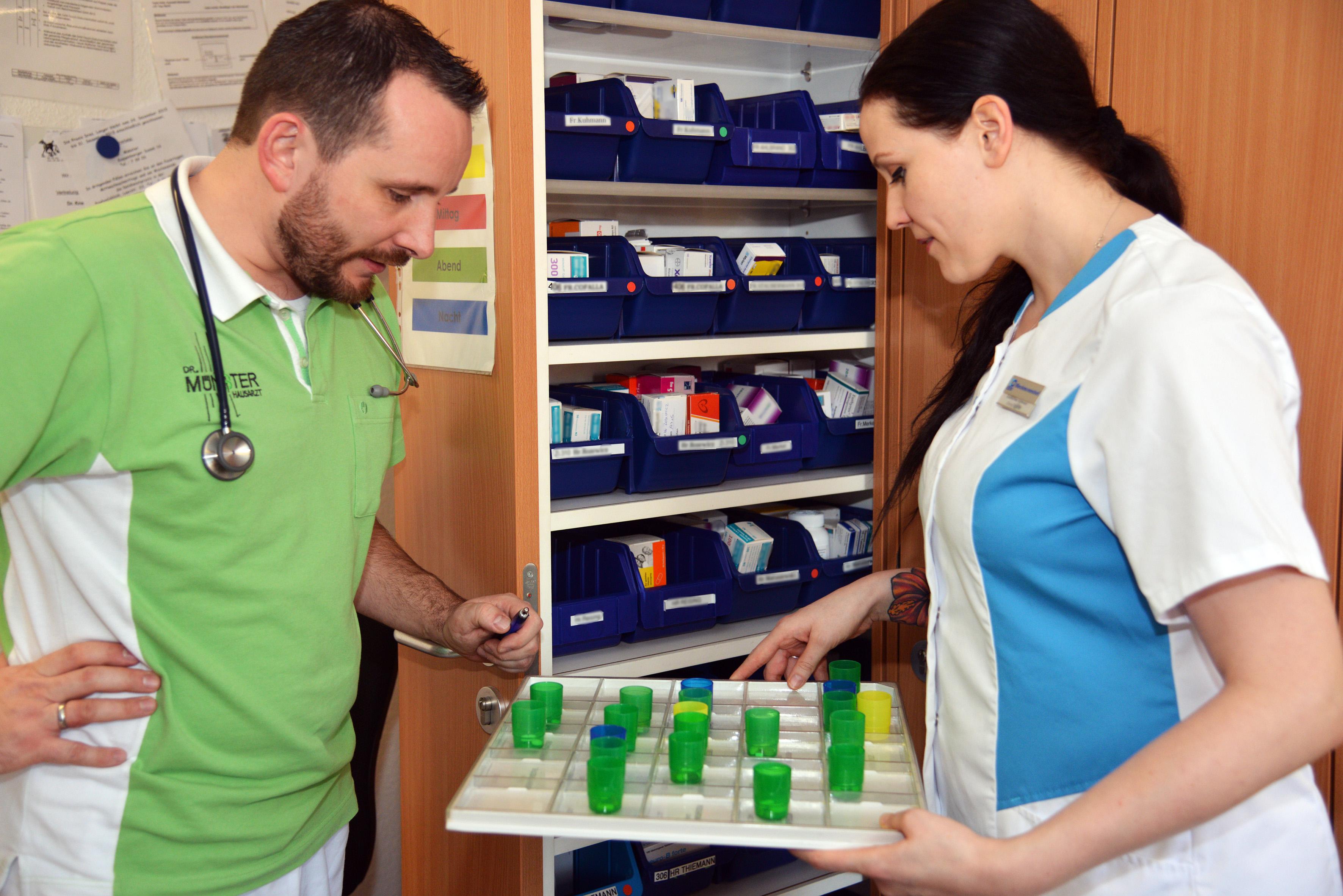 presse_arzt_pflegerin_medikamente